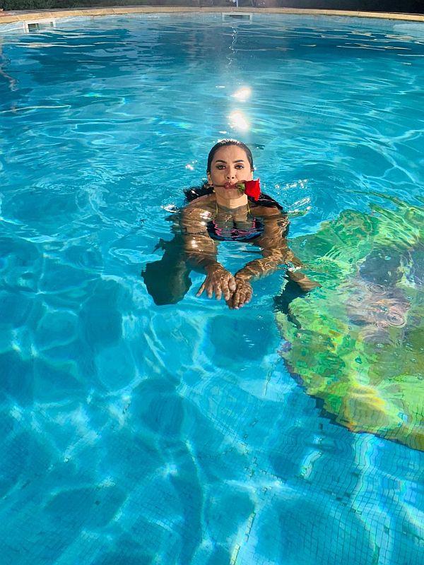 Oana zavoranu filmeaza in piscina